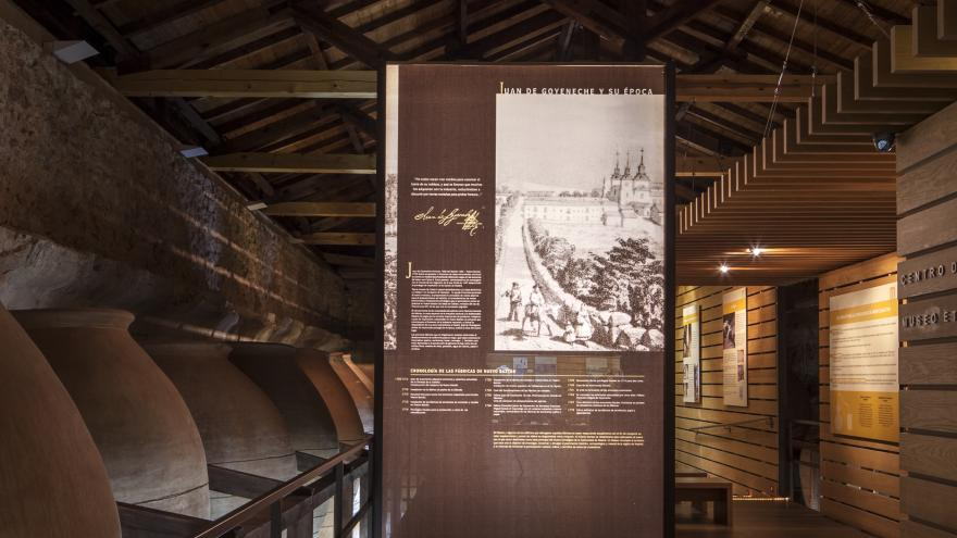 Vista las tinajas y un panel explicativo del Centro de Interpretación de Nuevo Baztán