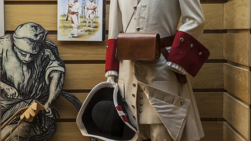 Uniforme de soldado en la vitrina sobre el textil del Centro de Interpretación de Nuevo Baztán
