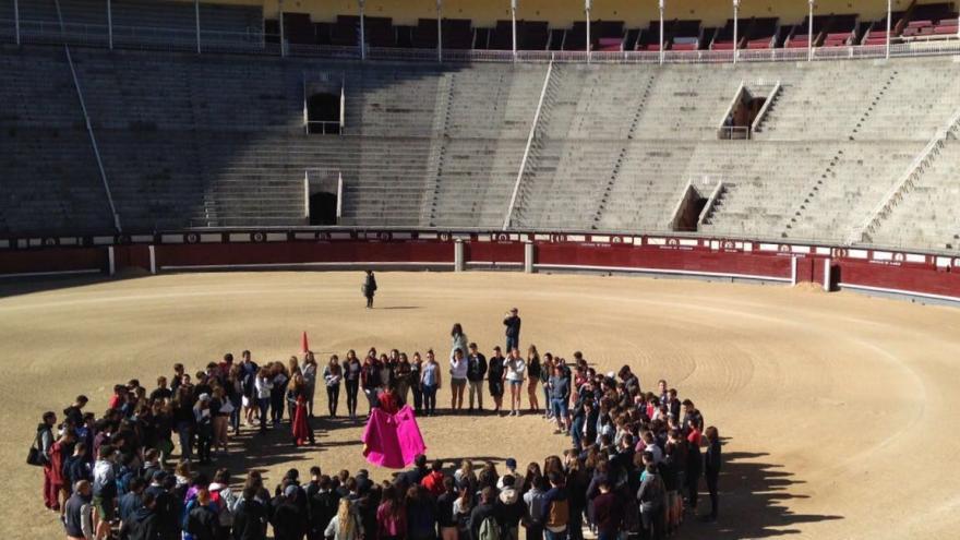 Un grupo de jóvenes franceses conociendo, por la mañana, la historia de Las Ventas