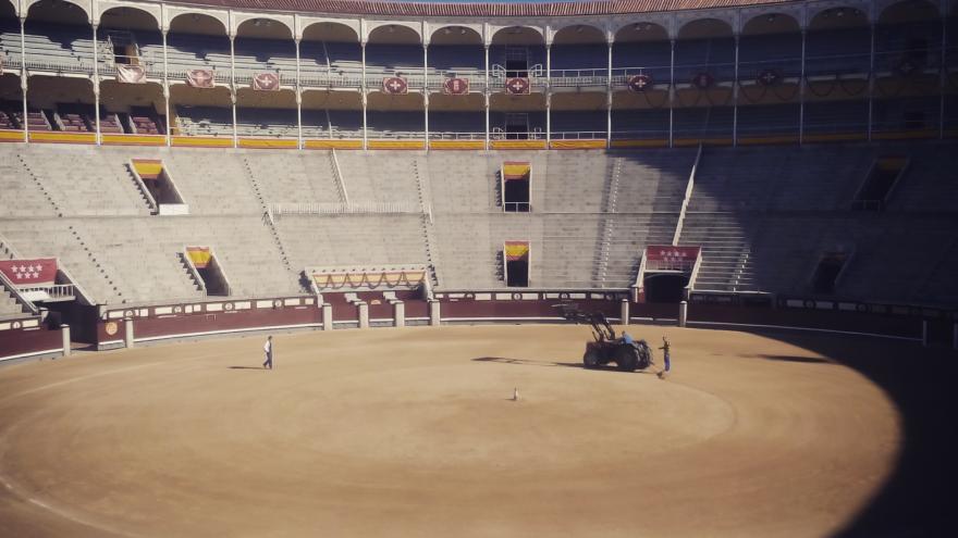 El equipo de mantenimiento de Las Ventas preparando el ruedo para el festejo de la tarde