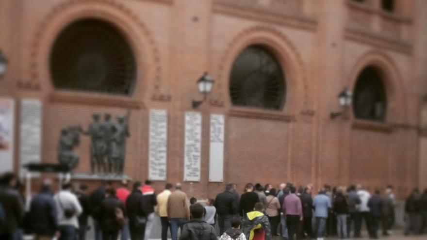 Aficionados esperando en el Patio de Caballos para entrar en el apartado de los toros