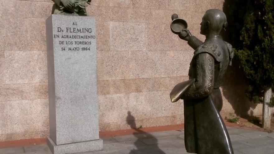 """Escultura homenaje al Doctor Fleming, el """"ángel"""" de los toreros"""