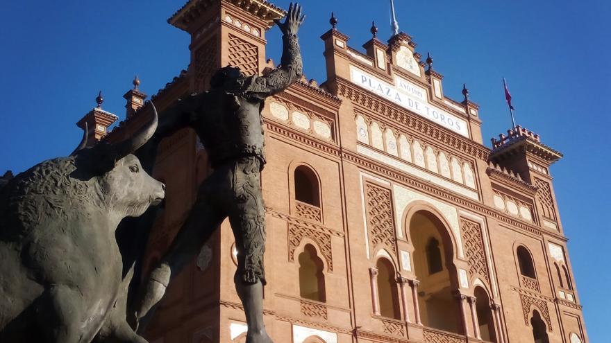 """La fachada de Las Ventas, siempre custodiada por la estatua de """"Yiyo"""""""