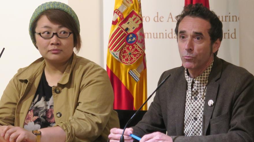 Fernando González Viñas y la autora Est Em durante la inauguración de la exposición en la Sala Antonio Bienvenida