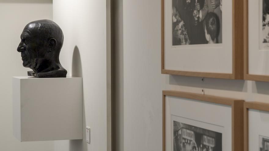 4 Fotografías en blanco y negro y un busto de Pablo Picasso