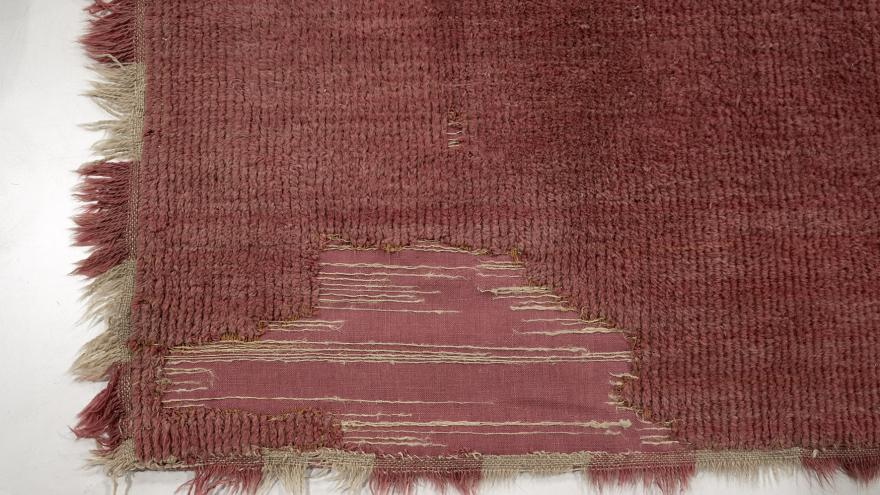 Primer plano de la alfombra ya restaurada