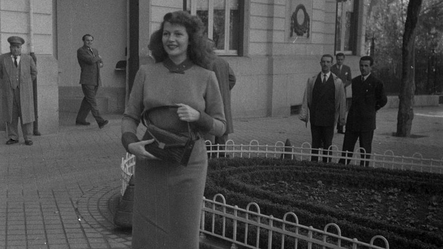 Imagen de Rita Hayworth saliendo del Ritz. Gerardo Contreras. Archivo Regional de la C. de Madrid