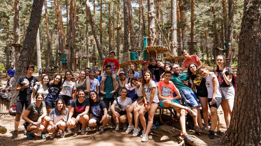Grupo de jóvenes en la naturaleza