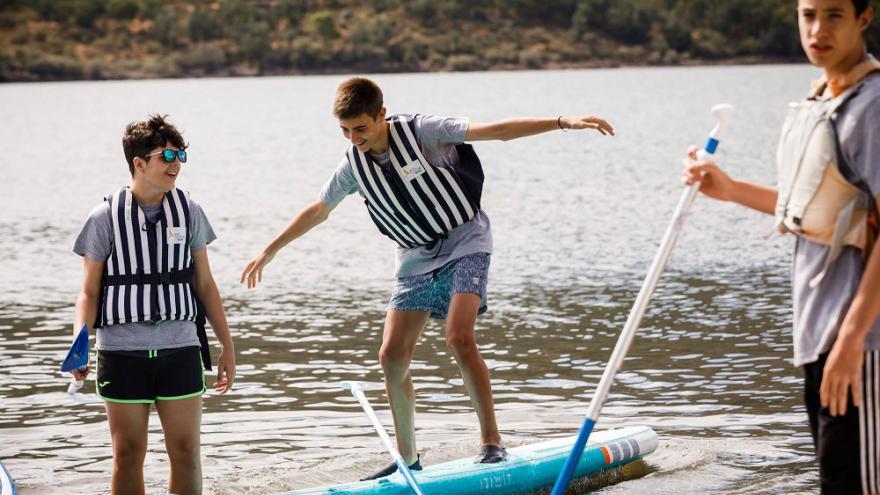 Chicos en tabla surf