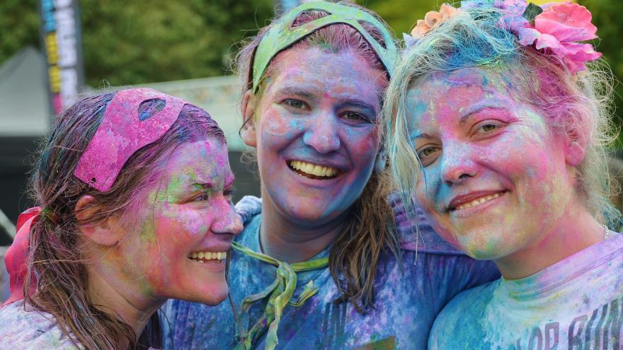 Primer plano de las caras pintadas de 3 chicas