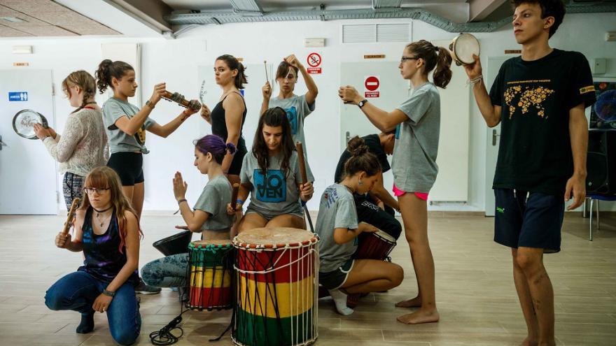 Grupo de jóvenes con instrumentos