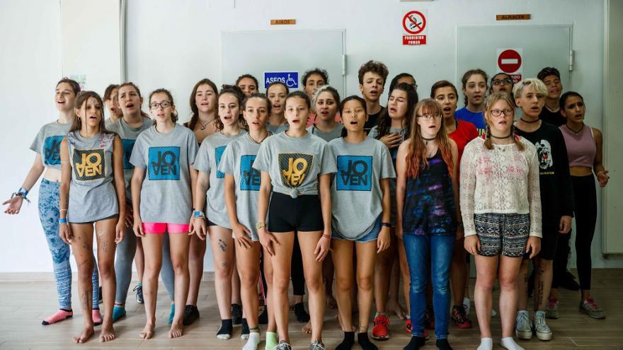 Grupo de jóvenes cantando