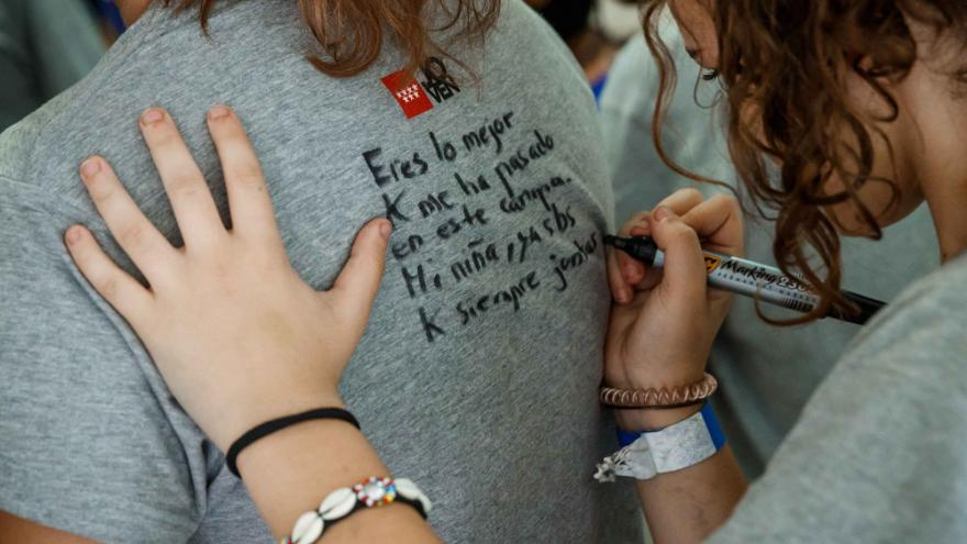 Chica escribiendo un mensaje en una camiseta