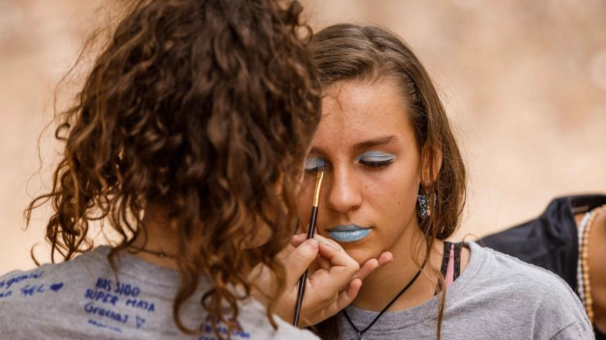 Chicas maquillandose