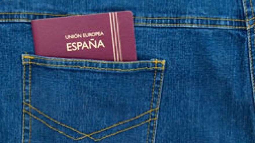 Pasaporte dentro de un bolsillo de una prenda vaquera