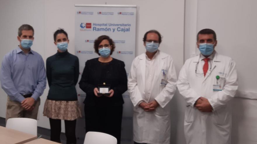 Imagen de parte del Servicio de Neurología del Hospital Universitario Ramón y Cajal recibiendo el premio