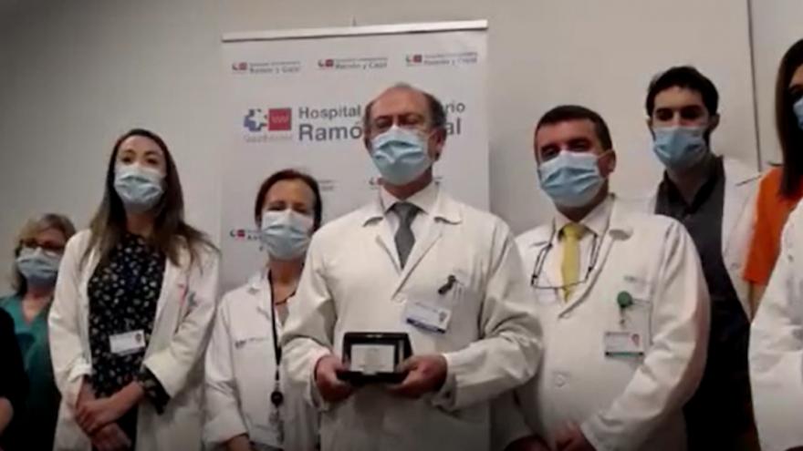 Imagen de parte del Servicio de Medicina Preventiva y Salud Pública del Hospital Universitario Ramón y Cajal recibiendo el premio