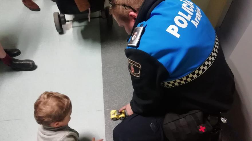 Policías sin Fronteras durante su visita a los niños ingresados en el Hospital Universitario del Tajo