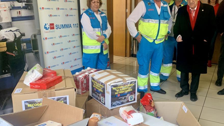 El padre Ángel, con el gerente del SUMMA 112, contempla los alimentos donados