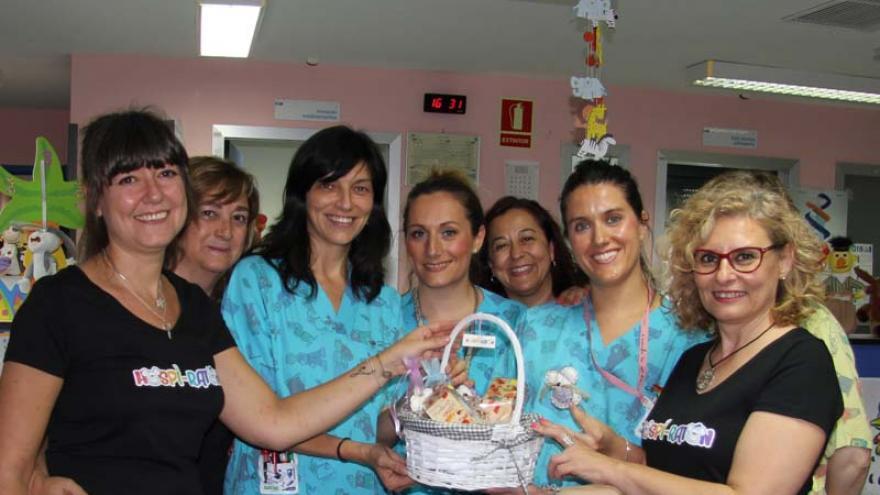 Entrega de los ratoncitos mensajeros al Servicio de Pediatría