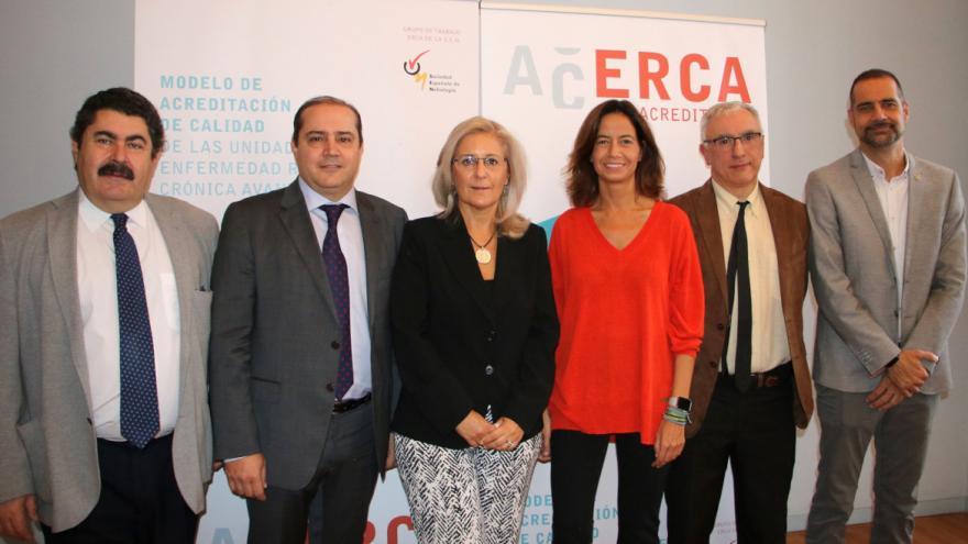 La jefa de Nefrología, Patricia de Sequera Ortiz (tercera desde la izquierda), participó en la presentación del proyecto 'ACERCA'