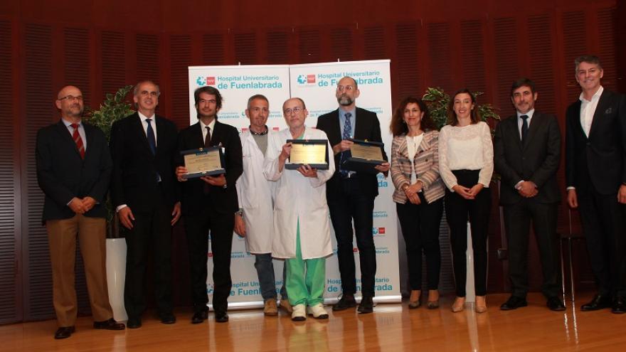 El consejero de Sanidad junto a los premiados como mejor hospital BiC