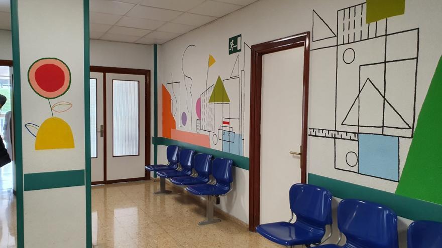 sala de espera con las paredes decoradas