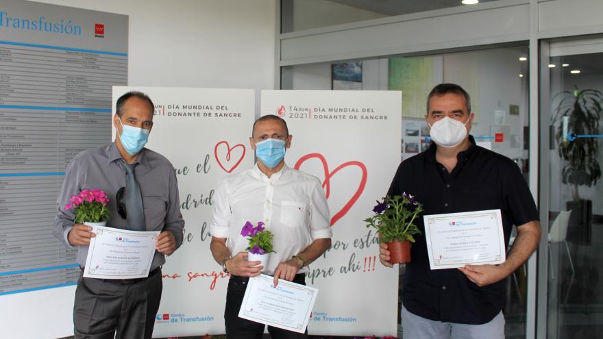 Tres donantes posando con diploma
