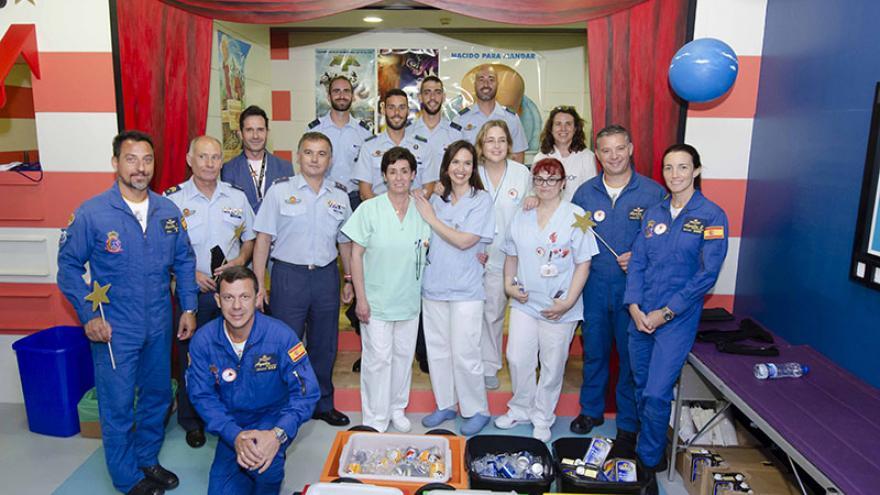 Donantes de sangre y profesionales del Hospital Gregorio Marañon posan para agradecer su gesto a los donantes de sangre