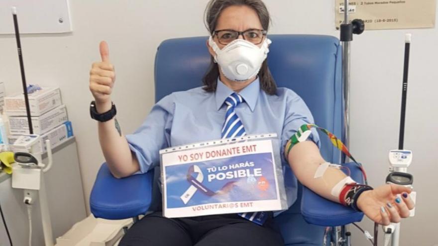 Trabajadora de la EMT donando sangre con el dedo pulgar levantado en señala de ok