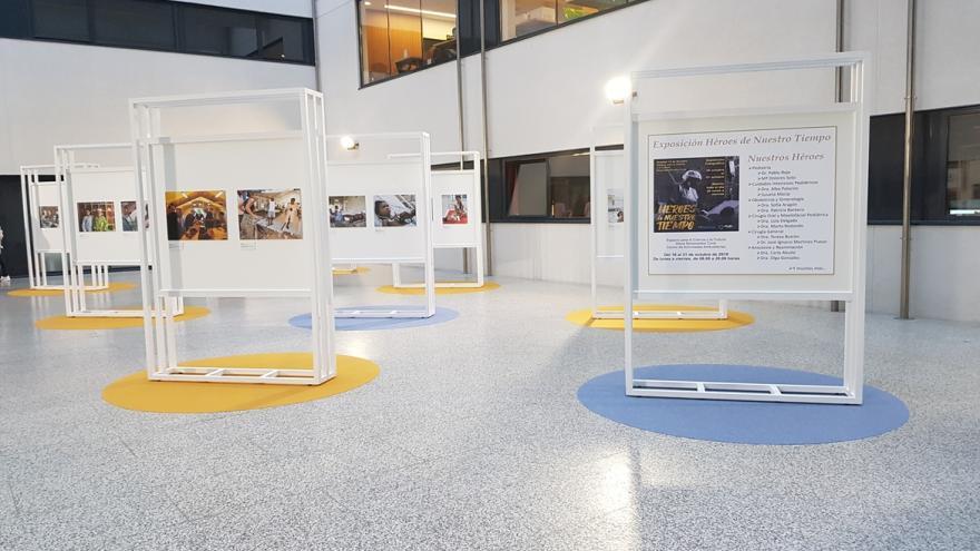 Paneles con las fotos de la exposición