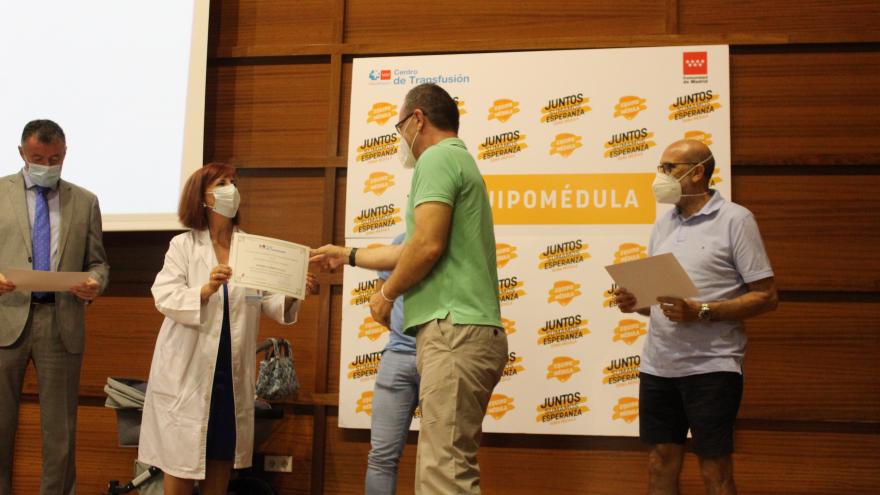 Luisa Barea entrega diploma a un donante de sangre