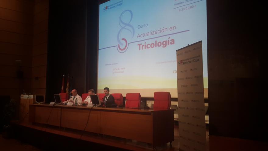 Imagen lateral de la mesa inaugural del evento en el Hospital Universitario Ramón y Cajal