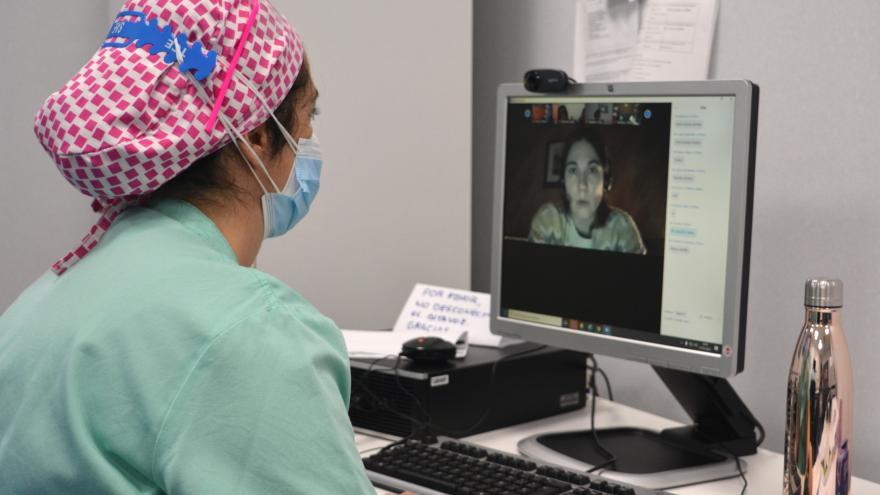 Matrona y ginecóloga del Hospital Univesitario de Torrejón durante una sesión de zoom de Preparación al Parto con Atención Primaria