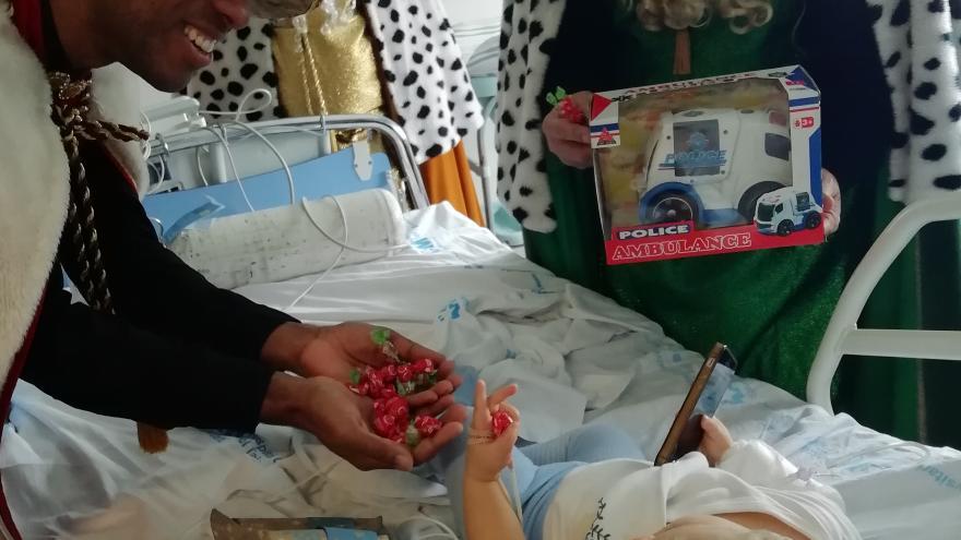 Los Reyes Magos en su visita a los niños ingresados en el Hospital Universitario del Tajo