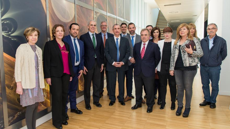 Foto de grupo durante la visita a Inmunotek por parte de representantes de la Consejería de Sanidad