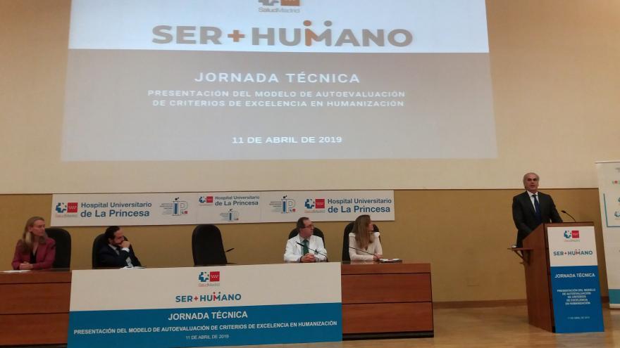 El consejero y la mesa inaugural de la jornada de presentación de los resultados del Modelo de Autoevaluación de Humanización