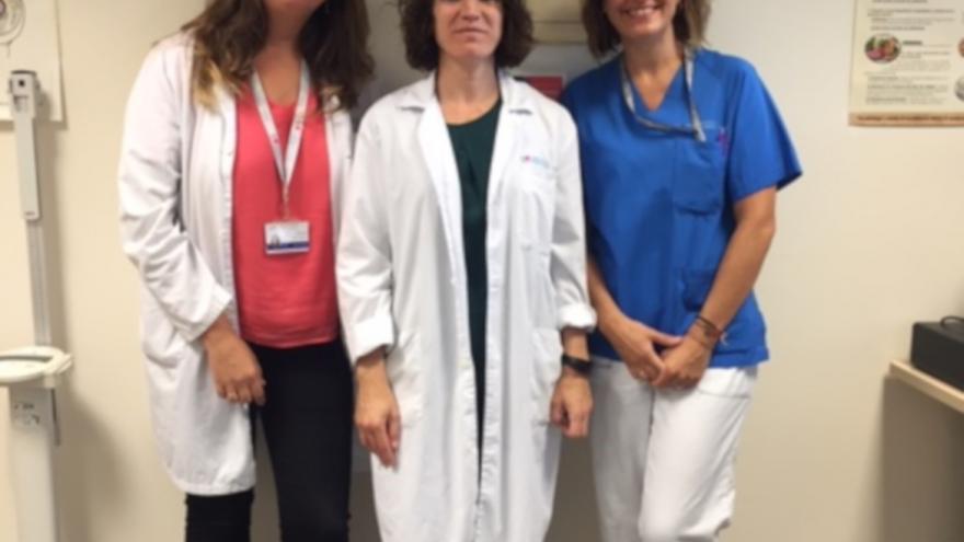 Las nefrólogas Mayra Ortega Díaz y Marta Puerta Carretero con la enfermera Yolanda Varona Sastre en la consulta ERCA