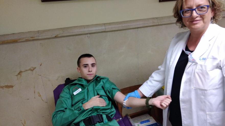 Enfermera extrayendo muestra de sangre a Guardia Joven para su inclusión como donante de médula