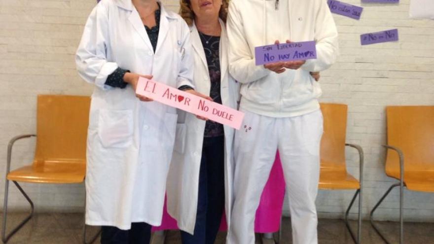 Pacientes y profesionales del Centro Salud San Juan de la Cruz se retratan contra la Violencia de Género