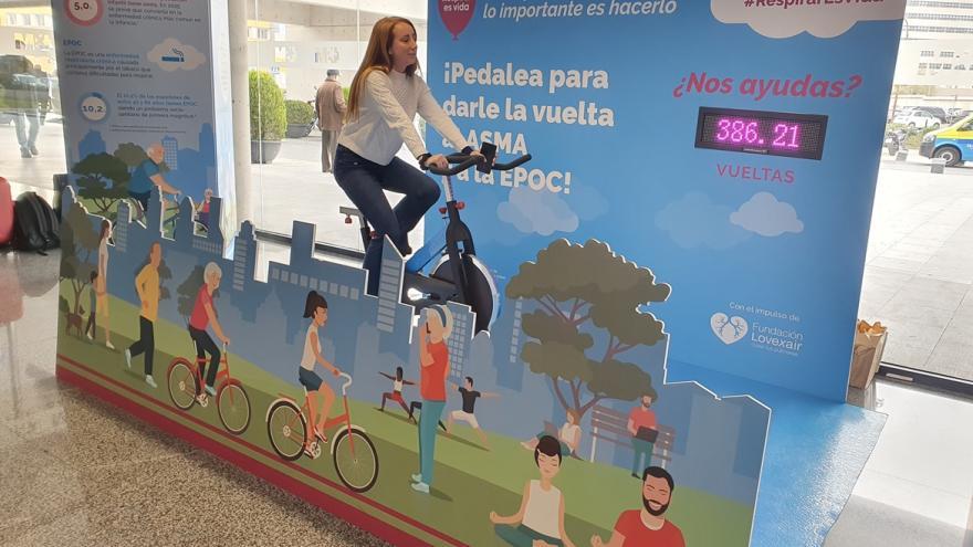 Una chica pedalea en una bicicleta