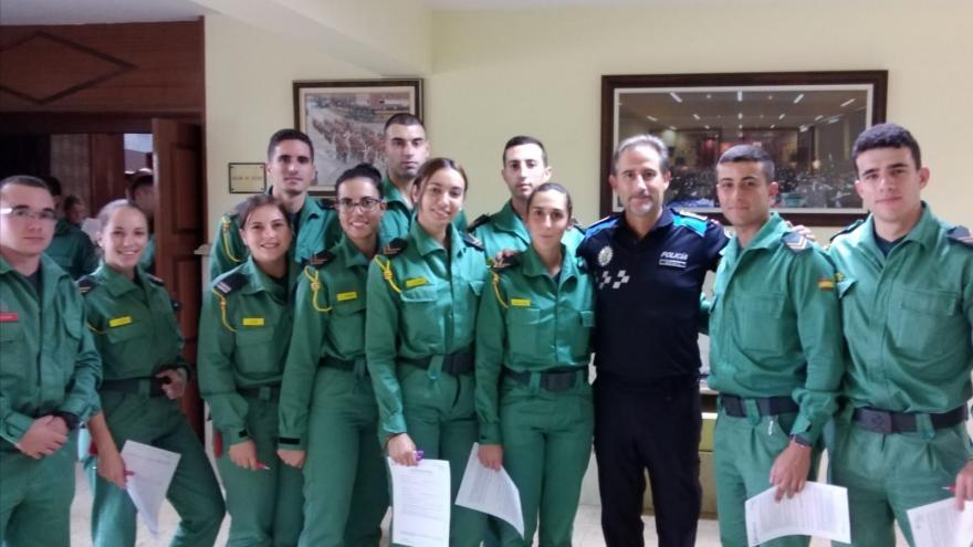 Grupo de Guardias Jóvenes posando tras registrarse como nuevos donantes de médula