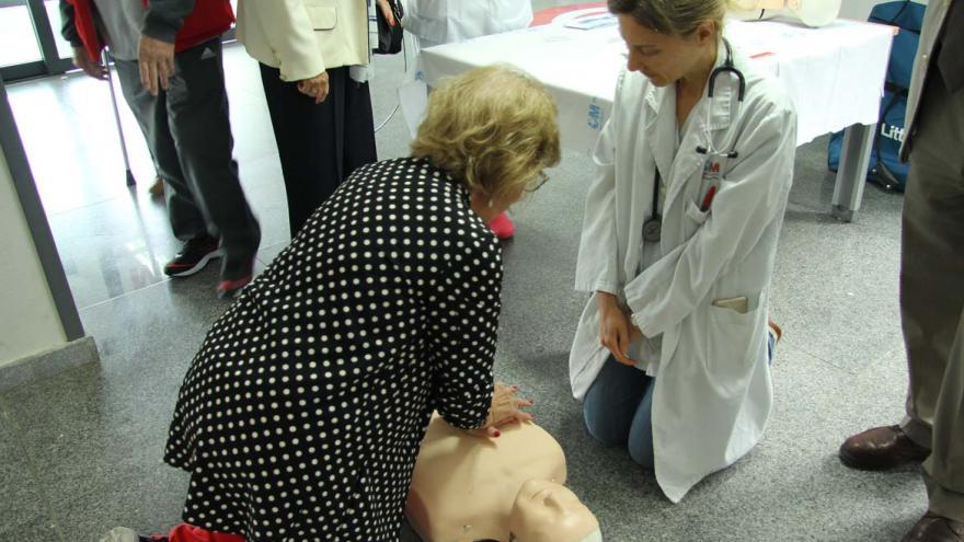 Una mujer realiza maniobras de resucitación cobre un maniquí