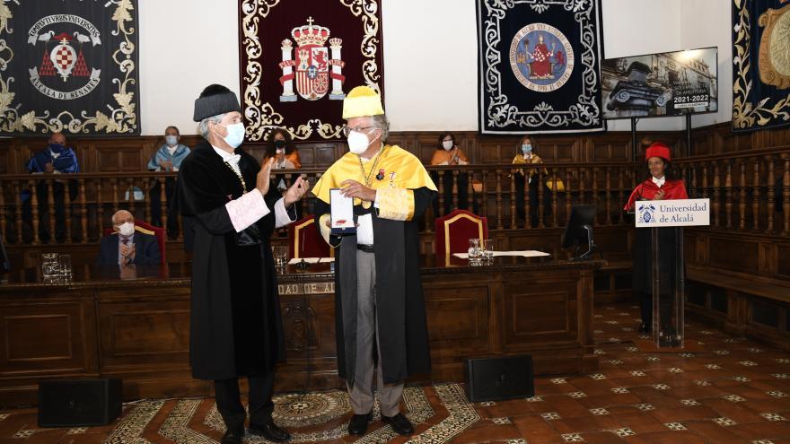 La entrega de la Medalla de Plata fue durante el solemne acto de apertura del nuevo curso académico