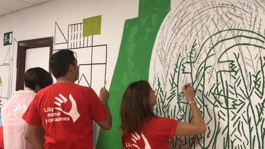 voluntarios de lilly pintando las paredes
