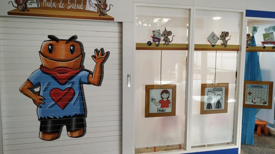 Fachada del Aula en el Hall del Hospital de Fuenlabrada, con mascota