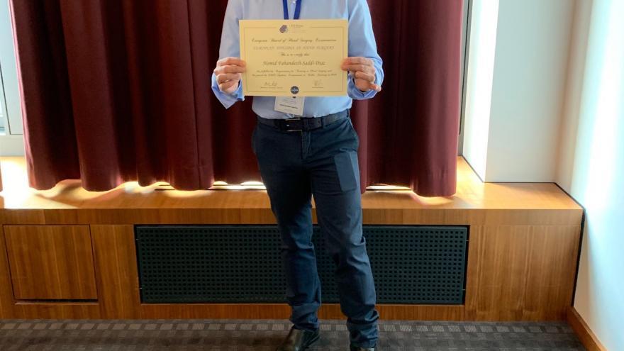El doctor del Hospital Fundación Alcorcón con su certificado europero
