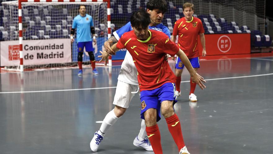 Jugadores durante el partido de fútbol homenaje a los sanitarios