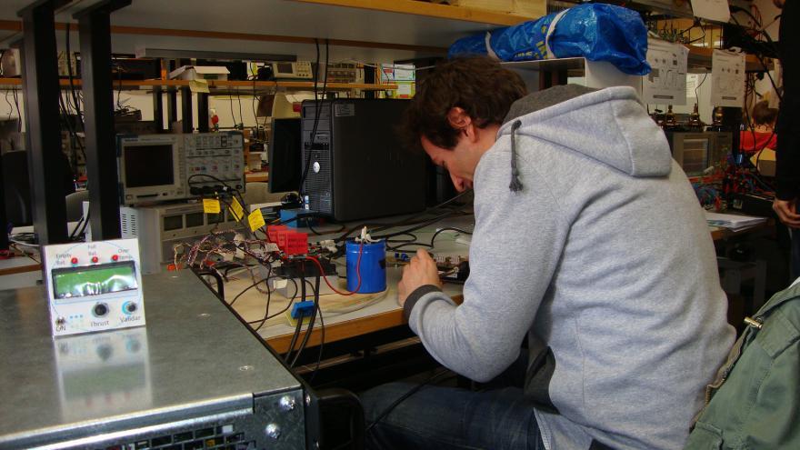 Ingeniero trabajando en un proyecto