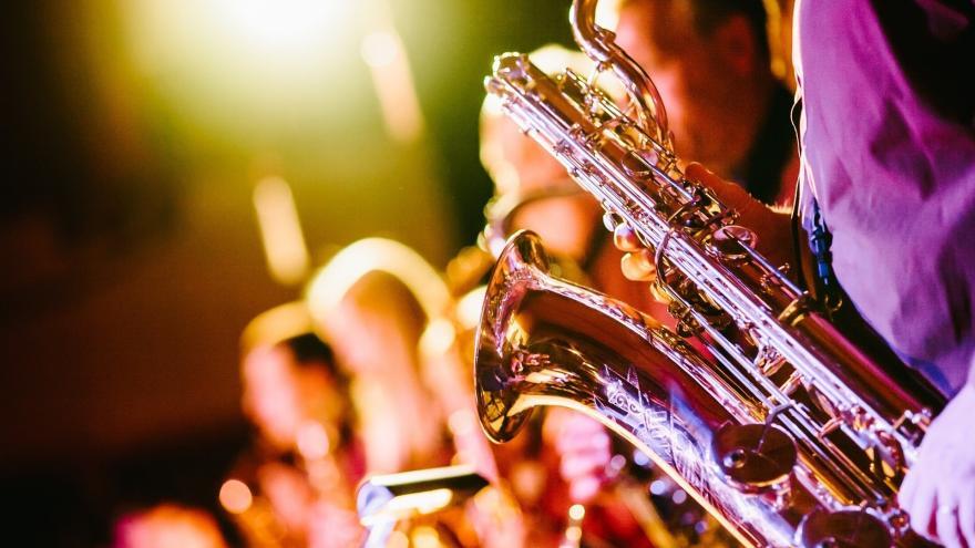 Músicos tocando el saxo.